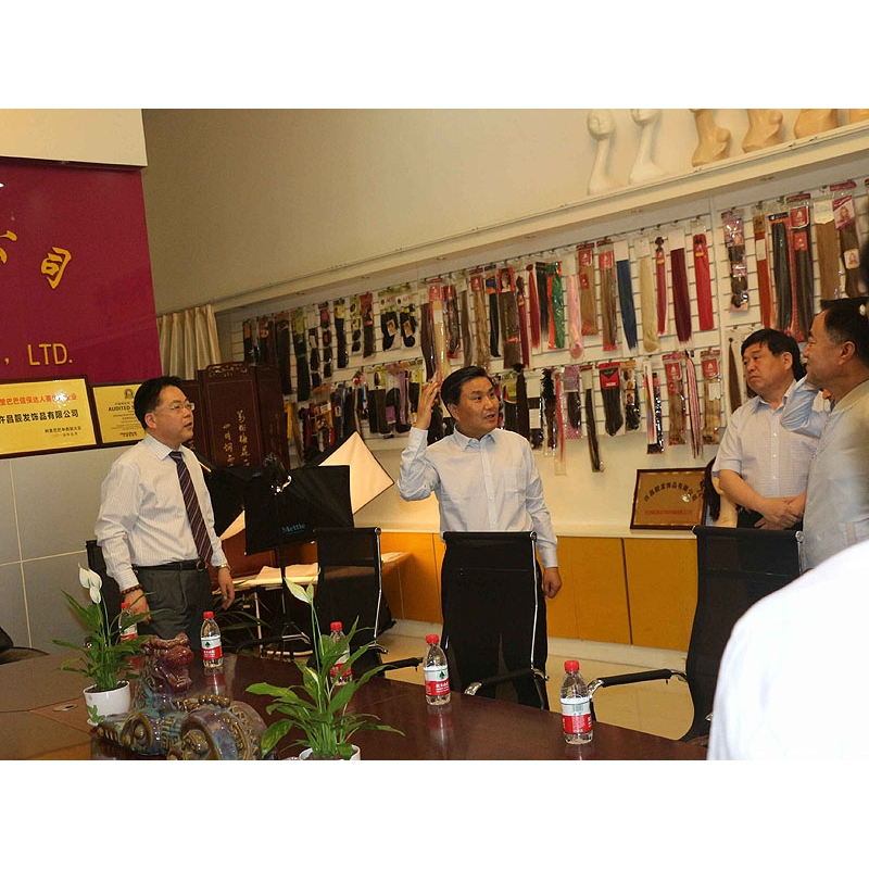 Xuchang City Mayor Visit our company2_seeing our showroom